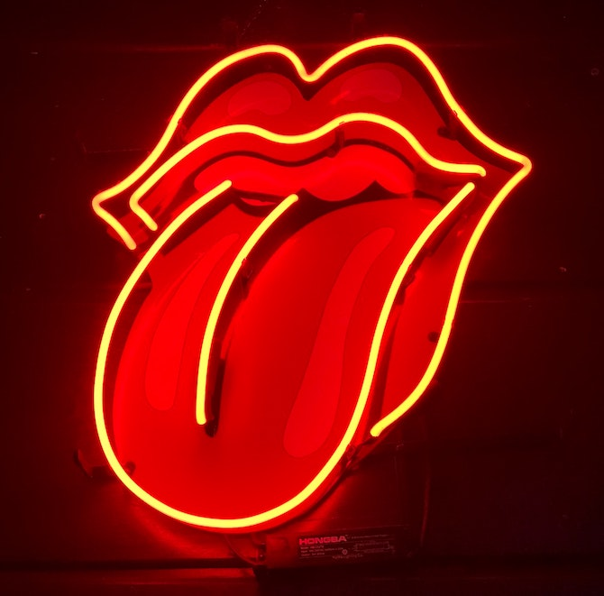 Neon sign featuring Rolling Stones tongue